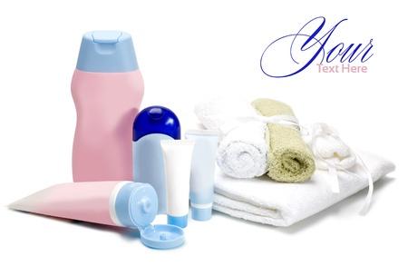 art�culos de perfumer�a: botellas de cosm�ticos para el cuidado del reci�n nacido sobre un fondo blanco