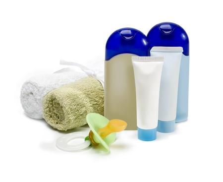 productos de aseo: botellas de cosméticos para el cuidado del recién nacido sobre un fondo blanco