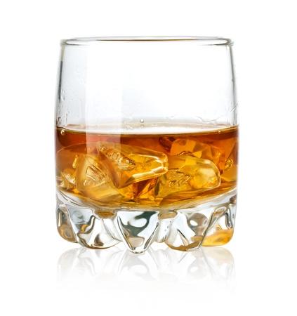 whiskey: Whisky glas en ijs geïsoleerd op witte achtergrond