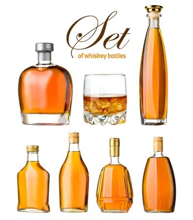 botella de whisky: un conjunto de botellas de whisky de vidrio y aislados