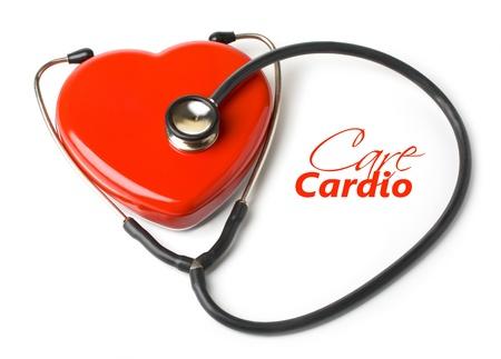 equipos medicos: estetoscopio y un coraz�n rojo sobre fondo blanco