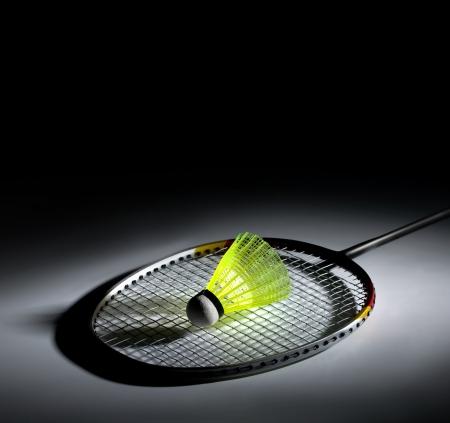 Shuttlecock et badminton sur fond sombre
