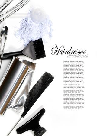 Accessori parrucchiere per la colorazione dei capelli su uno sfondo bianco