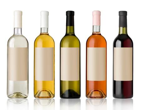 botella: Set 5 botellas de vino con etiquetas de color blanco sobre fondo blanco.