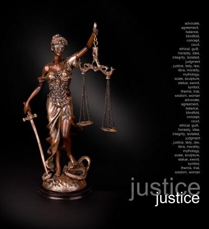 dama de la justicia: Una foto de una estatua de Themis de pie sobre fondo negro Foto de archivo
