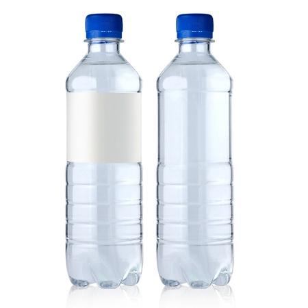 botella de plastico: dos botellas con agua que est� aislado en un fondo blanco