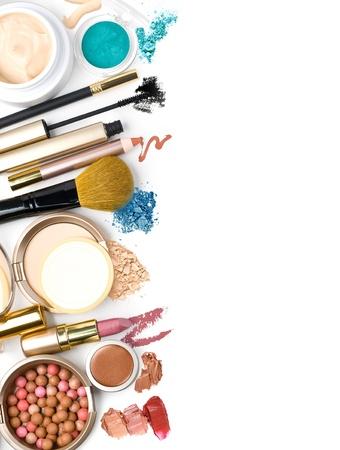 trucco: spazzola di trucco e cosmetici, su uno sfondo bianco isolato, con percorso di clipping