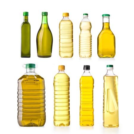 zonnebloemolie en olijfolie in een plastic flessen op een witte achtergrond