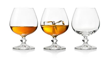botella de whisky: Whisky en vaso con hielo en el fondo blanco