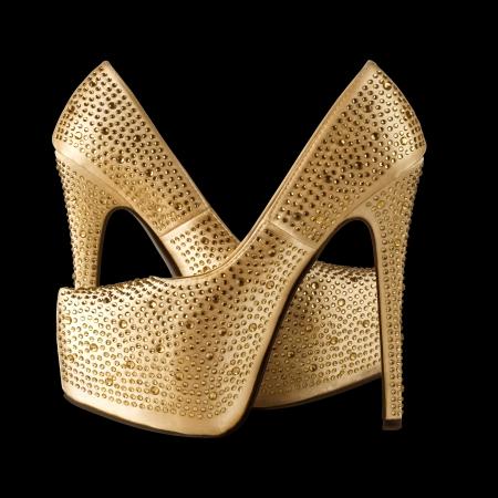 tacones negros: cristales incrustados par de zapatos de oro aislado en negro con trazado de recorte