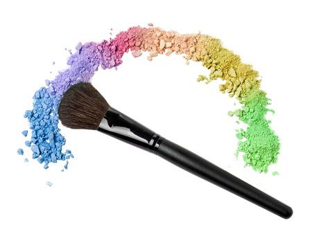 虹の上にプロのメイクアップ ブラシ アイシャドウを粉砕 写真素材