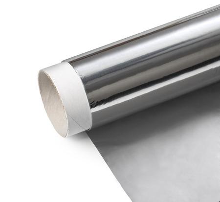 El papel de aluminio en el fondo blanco con trazado de recorte