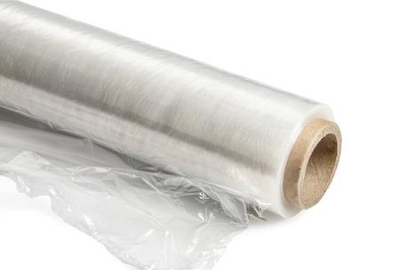 wraps: Rollo de embalaje film estirable de pl�stico. Close-up. Aislado en el fondo blanco. Con trazado de recorte Foto de archivo