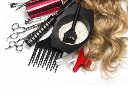 peluqueria: Accesorios de peluquer�a para te�ir el cabello en un fondo blanco
