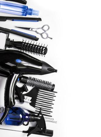 secador de pelo: Instrumento de peluquería en el fondo más blanco