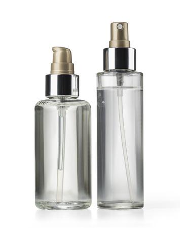 cosmeticos: dos cosm�ticos botella sobre fondo blanco con trazado de recorte