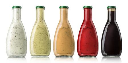 botella: las diversas salsas de barbacoa en botellas de vidrio con trazado de recorte Foto de archivo