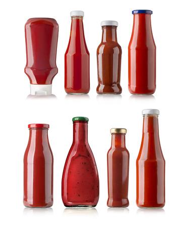 die verschiedenen Grillsaucen in Glasflaschen auf weißem Hintergrund
