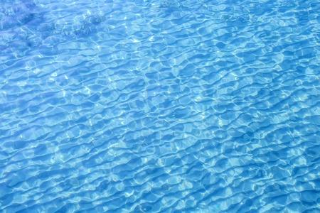 schönes klares Poolwasser, das in der Sonne sich reflektiert Standard-Bild