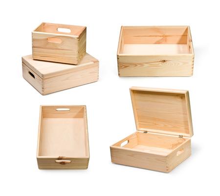 estuche: conjunto de cajas de madera vacías aislado en blanco