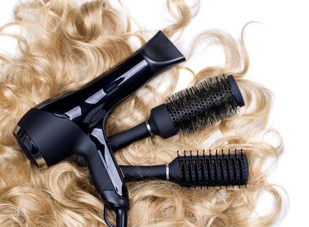 secador de pelo: Peluquerías de herramientas sobre un fondo del pelo rubio