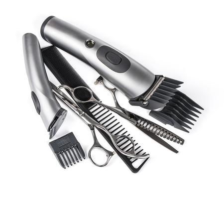 tijeras: pelo clipper, peine y tijeras en el fondo blanco