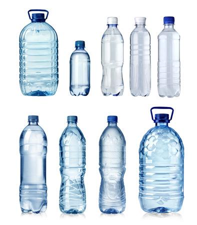 botellas de plastico: Collage de botellas de agua aisladas sobre un fondo blanco