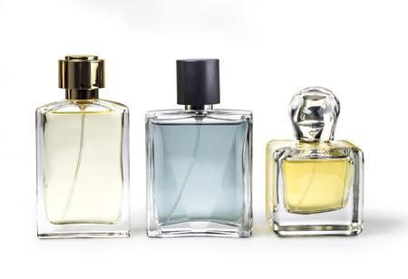 Foto del estudio del conjunto de botellas de perfume de lujo. Aislado en el fondo blanco con trazado de recorte