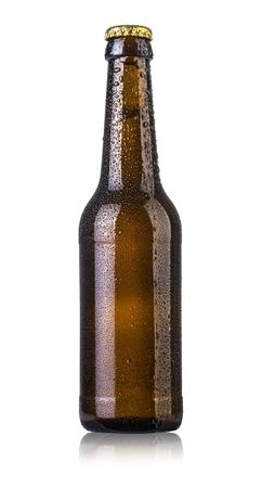 白い背景で隔離の滴をビールのボトル