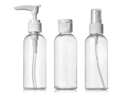 botella: Plástico limpio Tres botellas en blanco con el dispensador de la bomba en el fondo blanco Foto de archivo