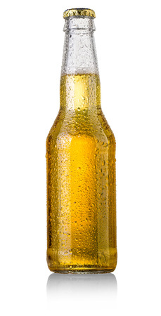 transparente: estudio de la botella de cerveza con la tapa tiro aislado en blanco