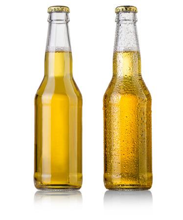 botellas de cerveza: estudio de la botella de cerveza con la tapa tiro aislado en blanco