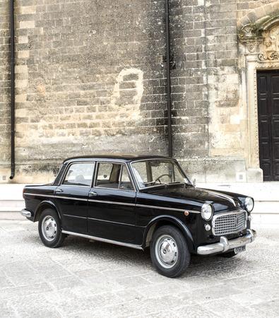 PUGLIA, ITALIEN- MAI 02.2015. Ausstellung von alten Autos. Alte schwarze Fiat auf einer Stadtstraße