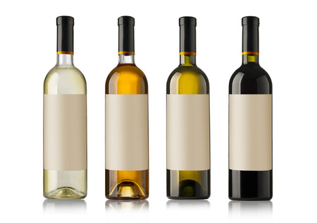 흰색 배경에 고립 된 흰색 레이블로 와인 병을 설정합니다.