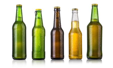 vasos de cerveza: conjunto de botellas de cerveza con gotas de agua en blanco background.Five fotos separadas fusionaron.