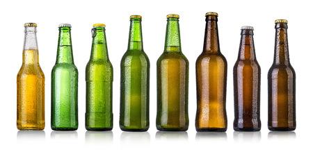 botellas de cerveza: conjunto de botellas de cerveza con gotas de agua en blanco background.Five fotos separadas fusionaron.