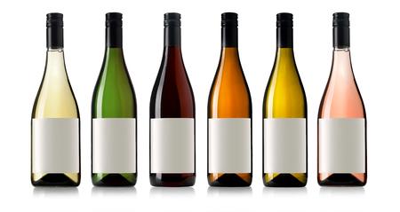 Set 6 flessen wijn met witte etiketten op een witte achtergrond.