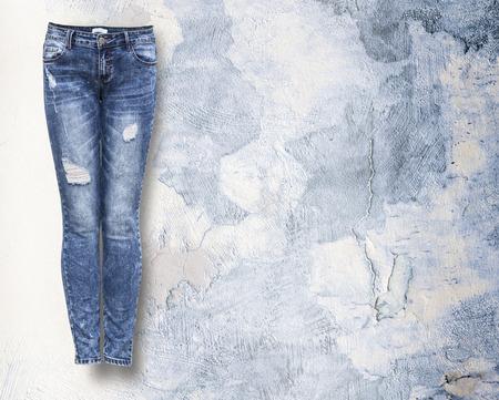 コピー スペースと光の光 grunje 背景の女性のジーンズ 写真素材