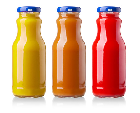 jugo de frutas: diversas botellas de jugo en el fondo blanco