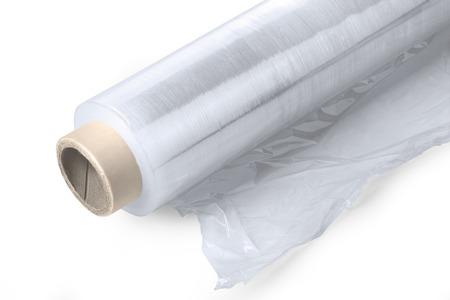 rollo pelicula: Rollo de envolver film extensible de plástico sobre fondo blanco con trazado de recorte Foto de archivo