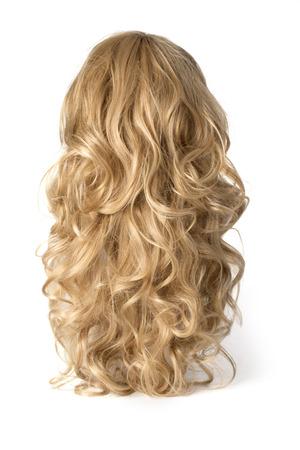 cabello rubio: larga peluca rubia rizada en un fondo blanco