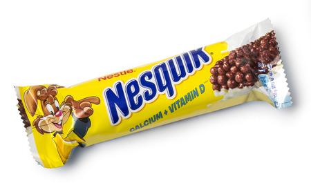 cereal bar: Chisinau, Moldova - NOVEMBERL 14, 2015. Nestlé Nesquik barra de cereal. Nestlé Nesquik puede ser un bocadillo saludable con menos calorías y muchas vitaminas y minerales.