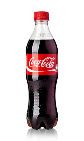 cola canette: CHISINAU, Moldova- 12 novembre 2015 Photo de Coca-Cola bouteille en plastique isolé sur fond blanc. Coca Cola est des boissons les plus populaires gazeuses de boissons vendus dans le monde avec chemin de détourage Éditoriale