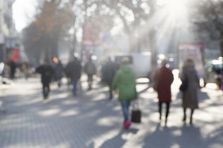 personas en la calle: personas en bokeh, calle de Chisinau Foto de archivo