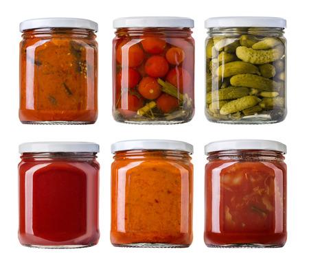 유리 항아리에 보존 된 절인 야채와 음식 재료