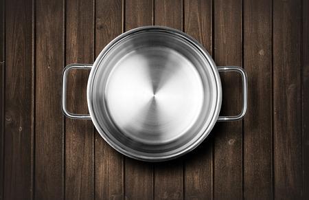 steel pan: Macetas en un banco de madera de la cocina Foto de archivo