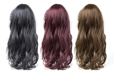 ensemble de longues perruques frisées sur un fond blanc