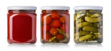 Bewaard, ingemaakte groenten en voedselingrediënten in glazen potten
