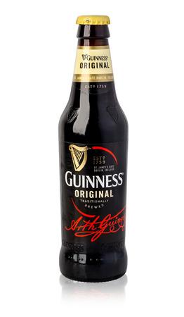 cerveza negra: Chisinau, 14 de MOLDOVA- de noviembre de, 2015: dry stout irlandesa, se originaron en la fábrica de cerveza de Arthur Guinness, Dublín. Una de las marcas de cerveza de mayor éxito en el mundo, disponibles en saturación camino más de 100 países.Con