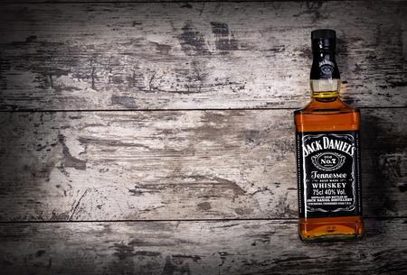 """botella de whisky: Chisinau, 14 de noviembre MOLDOVA- 2015.Photo de botella de """"Jack Daniels"""" Tennessee whiskey.Jack de Daniel es una marca de whisky sour mash Tennessee que es el más alto de whisky americano que vende en el mundo Editorial"""